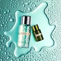 Still life product photographer dennis pedersen beauty cosmetic makeup fashion style la mer glossybox droplet liquid water cream moisture pool puddle