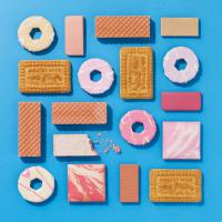 MET-2122824blue-copy-Still life product photographer Dennis Pedersen advertising editorial Creative beauty cosmetic makeup crumble blush shadow face eyes biscuit treat cookie food