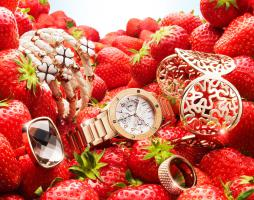 101 Still Life Product Photographer Dennis Pedersen Jewellery Rose Gold Folli Follie Strawberries Advertising Editorial Creative